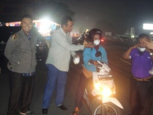 Pembagian masker N-95 di depan Pos Satlantas Payakumbuh bantuan Sekolah Indonesia Cairo pimpinan H Fauzan diserahkan oleh Kadis DukCapil Payakumbuh Ir Mediar Indra MSi, Ny Andrita Boer SE Akt