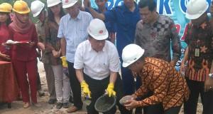 Irman Gusman didampingi Arsril Etek meletakan batu pertama tanda dimulainya pembangunan pabrik Baru PT Kunango Jantan.
