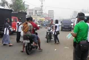 Peduli Kabut Asap, Tim MK - Fauzi Bagi-Bagikan Masker.
