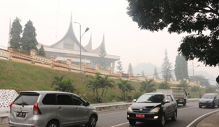 Suasana lalulintas di Jalan Sukarn-Hatta yang diselimuti kabut asap, Kamis. Tepatnya di depan Balaikota di Bukik Sibaluik Payakumbuh.
