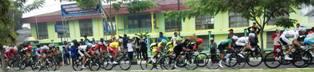 TdS 2015 rombongan pebalap TdS yang melewati warga di Koto Nan Ampek Payakumbuh.
