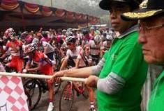 TdS VII Stage V Start Harau - Wakil Bupati Asyirwan Yunus mengayunkan bendera start.