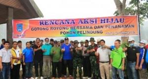 Usai goro peserta berfoto bersama dengan Walikota Riza Falepi di Bendungan Talawi.
