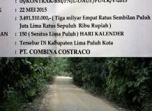 Jalan Simpang Tigo Sariak Laweh Saat Pengerasan. Plang proyek yang langsung hilang, saat sehari jalan dikerjakan.