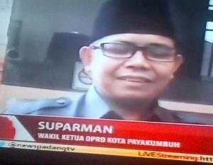 Wakil Ketua DPRD Payakumbuh saat memberikan keterangan kepada wartawan menyikapi masalah dugaan penganiayaan anggota DPRD Payakumbuh.