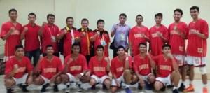 ketua Umum KONI Sumbar bersama tim Basket Putra Sumbar.