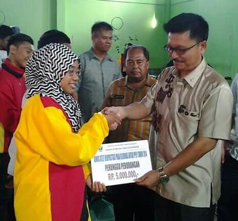 Sekum KONI Sumbar Indra Jaya memberikan bonus kepada atlet PPLP.