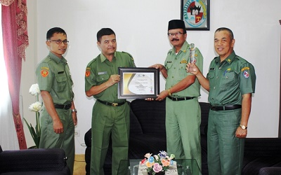 Kabag Humas dan Protokoler Muhamad S. S.Pd menyerahkan AMH 2015 kepada Plh Bupati Lima Puluh Kota H. Yendri Tomas, SE, MM (her)