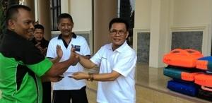 Ketua KONI diwakili Ketua Bidang Rena H Zurmanuddin serahkan Pecthing back kepada Ketua IPSI H Wilman Singkuan
