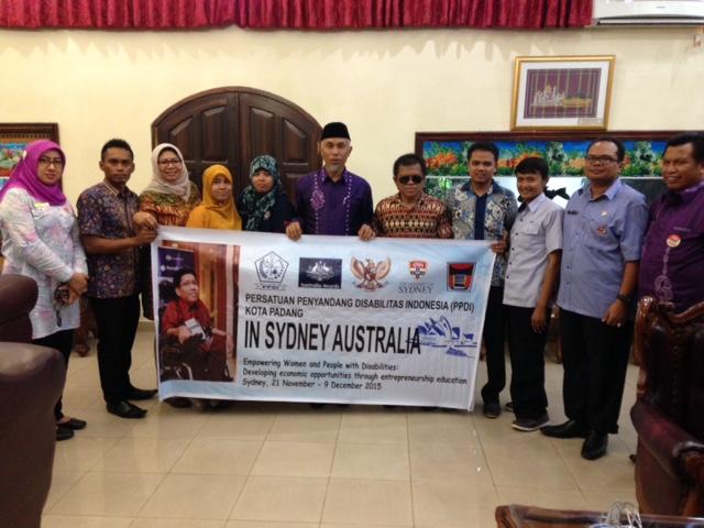 Walikota Padang bersama penerima beasiswa.