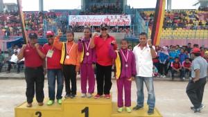 KADISPORA PADANG Suardi bersama Ketua KONI Padang Agus Suardi usai mengalalungkan medali cabor atletik.