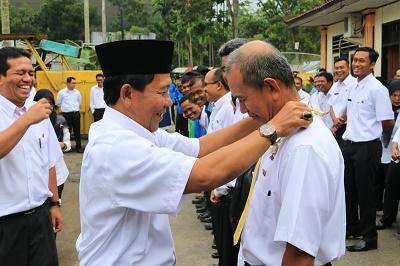 Kadis PU diwakili Sekretaris Hendri Refdinal memasangkan lencana kepada Yanuarizal, salah seorang pegawaii terbaik di kantor ters