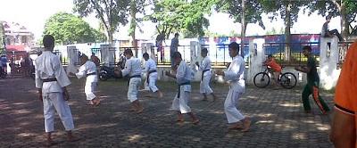Tim Monitoring KONI Kota Payakumbuh di latihan Kempo