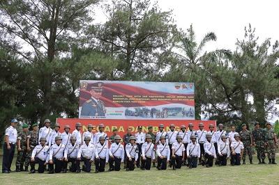 Peserta Diklat Dasar LLAJ foto bersama dengan Dan Yonif 131BS serta Wawako Payakumbuh, di lapangan Yonis 131, Senin.