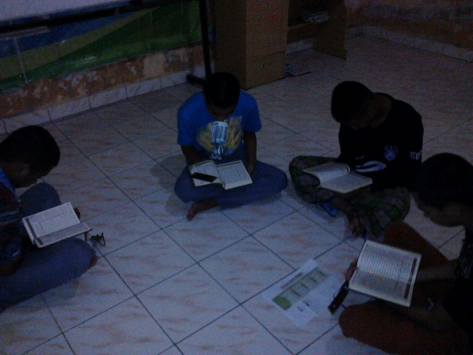 TILAWAH-Setelah subuh, siswa Asrama Rumah Binaan (Rumbi) tetap rutinkan tilawah Alquran sebagai bentuk penguatan ibadah dan meatih disiplin.