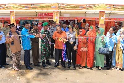 Wakil Walikota H. Suwandel Muchtar bersama anggota Forkopinda dan Ketua Dekranasda Dr. Henny Riza Falepi, menggunting pita tanda