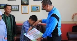 Walikota Riza Falepi menyerahkan bonus kepada pememang tilawah anak-anak, disaksikan Kabag Kesra Davitra.