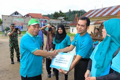 Wawako Suwandel Mukhtar menyerahkan hadiah Kelurahan Bersih Hijau
