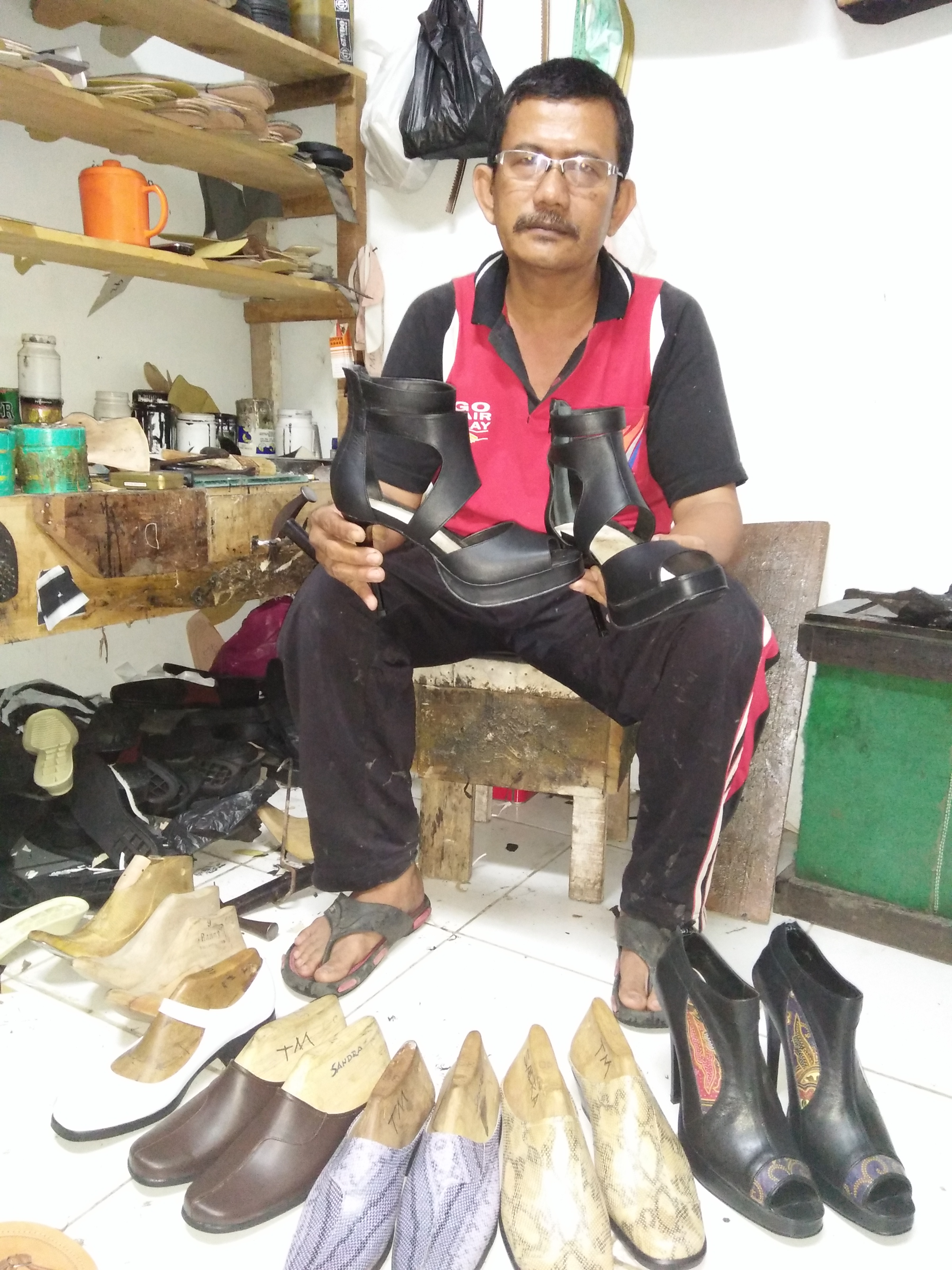 Pemilik Gindo Shoes, Bustamar memperlihatkan sepatu fashio hasil disainnya yang meraih juara pertama lomba fashion show di Jakarta pada akhir Oktober.