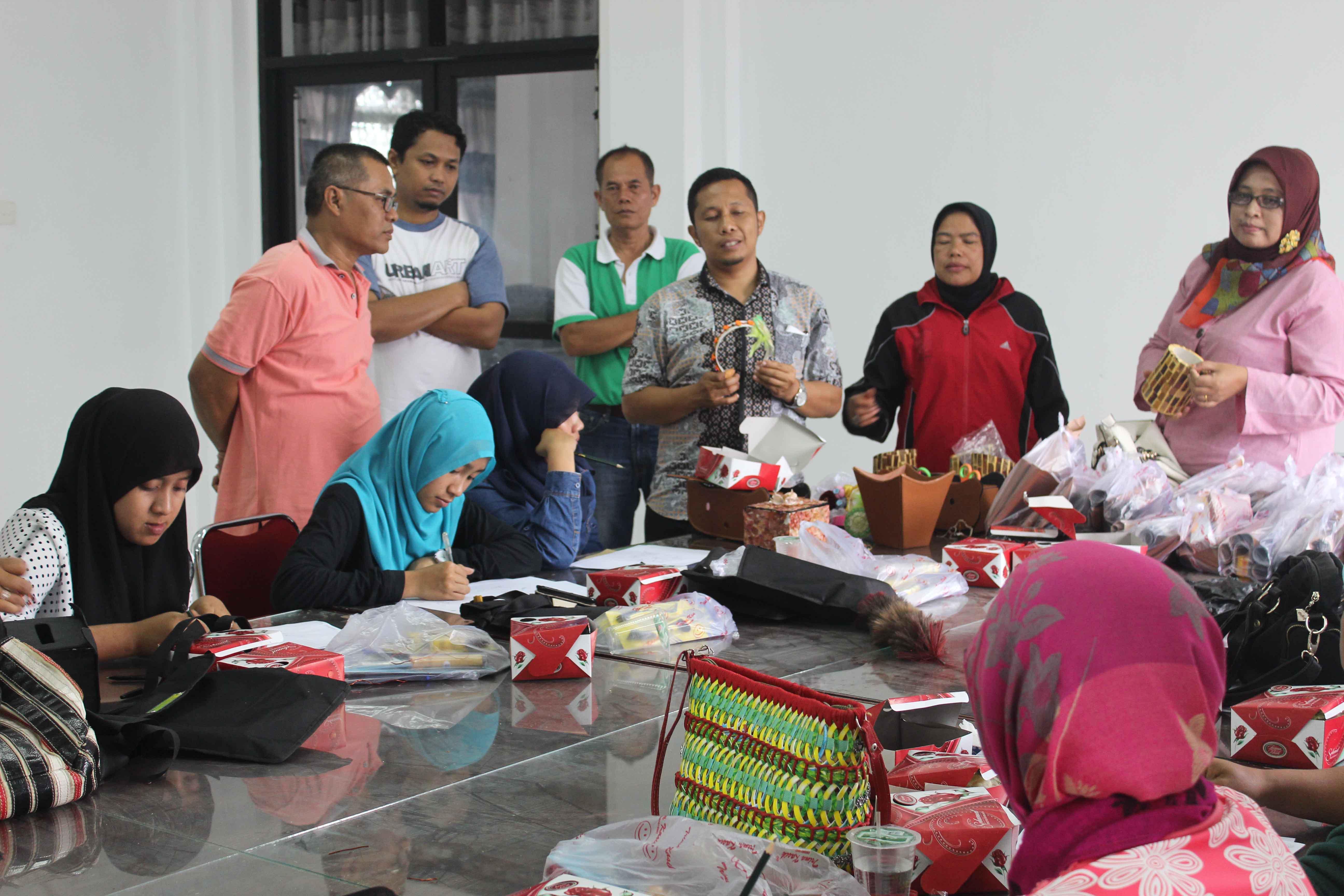 Anggota DPRD Novi Hendri dan Puji Hastuti didampingi PlT Kadis Koperindag dan UMK, Arpan saat memberikan pengarahan terhadap peserta pelatihan handy craft di Pondok Disain dan Promosi Senja Kenangan di Bukitsurungan