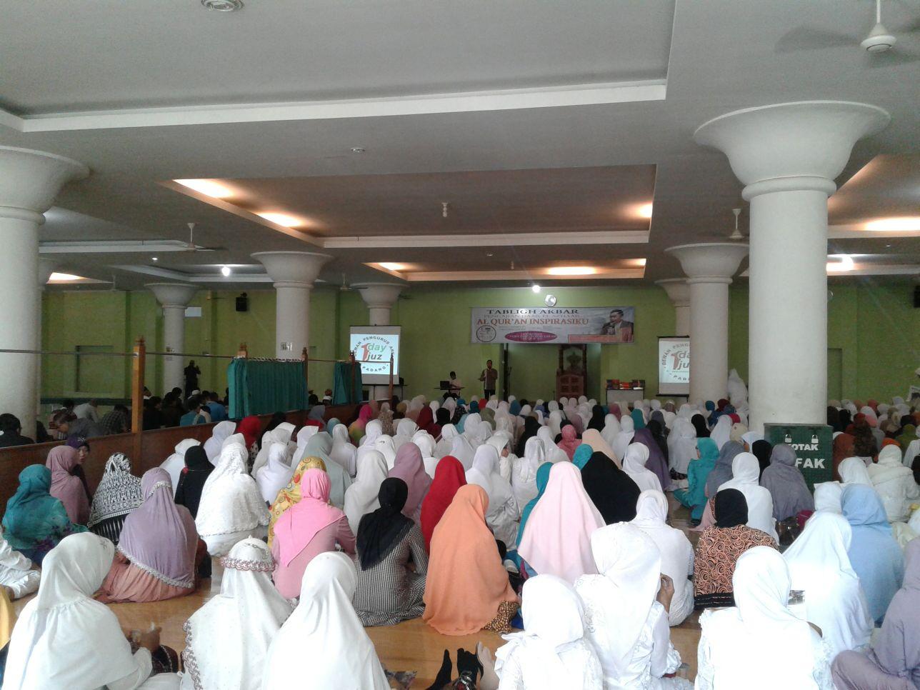 uasana pelaksanaan Tabligh Akbar Daar El Azhaar, dalam tema 'Alquran, Inspirasiku' dengan Narasumber, Ustadz Dr. H. Ahmad Hatta, MA di Masjid Nurul Iman Padang, pada Minggu (6/12).