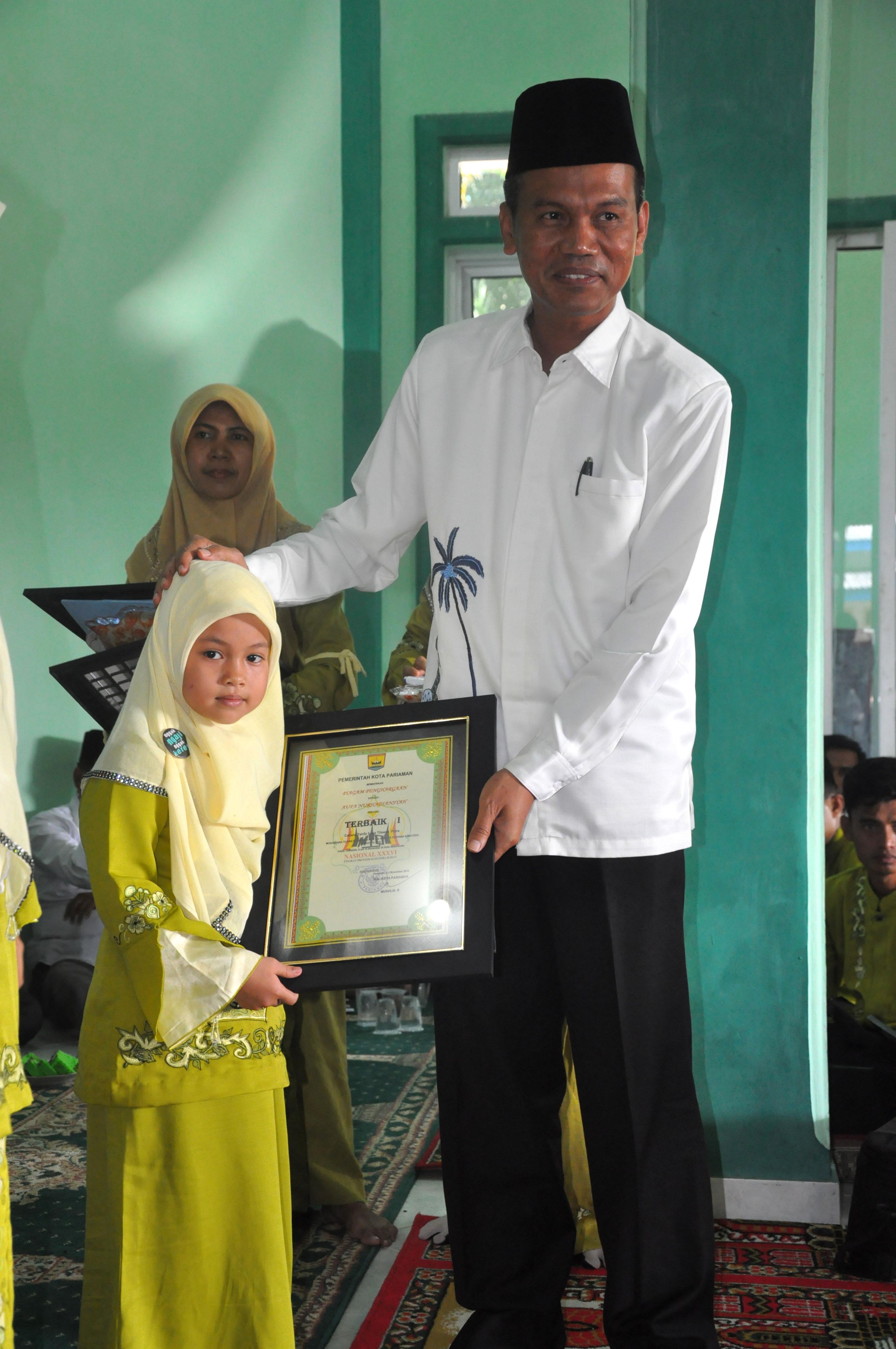 wawako memberikan piagam pada penerima medali emas tilawah TK putri