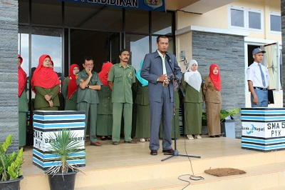 Ketua FKUB Payakumbuh Desembri P Chaniago, tengah memberikan pencerahan kepada siswa SMAN 5 Payakumbuh, didampingi Kepsek Resnulius dan majelis guru di halaman sekolah, Senin.