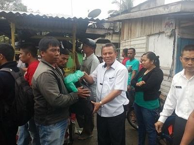 Wakil Walikota Payakumbuh H Suwandel Mukhtar MM menyerahkan bantuan makanan ke korban kebakaran di Kubu Gadang Payakumbuh