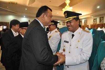 Bupati Irfendi Arbi disalami Ketua DPRD Sumbar Hendra Irwan Rahim
