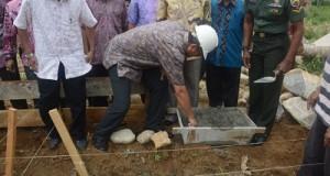 Walikota Riza Falepi meletakkan batu pertama, tanda dimulainya pembangunan SMKN 4 Payakumbuh, di Kecamatan Latina, Sabtu.