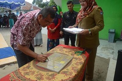 Walikota Riza Falepi menandatangani prasasti, perersmian MCK Plus di Kelurahan Parik Rantang, Selasa.