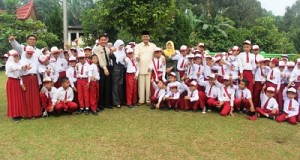 Bupati Irfendi Arbi bersama para siswa SDN 03 Bungo Kecamatan Luak, Senin (22/2).