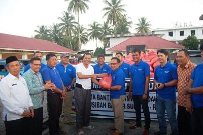 IKMR serahkan bantuan diterima Bupati Limapuluh Kota Irfendi Arbi.