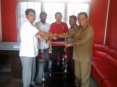 H Suwandel Mukhtar mengambil formulis pendaftaran Penjaringan dan Penyaringan Walikota dan Wakil Walikota di DPC PDI P Payakumbuh.