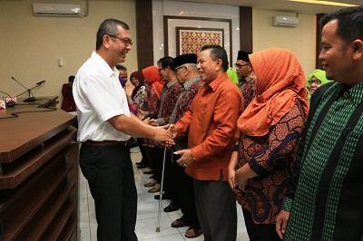 Wako Riza Falepi memberikan selamat kepada Wawako Suwandel Mukhtar yang dipilih sebagai Ketum Komda Lansia Kota Payakumbuh usai dilantik bersama pengurus lainnya