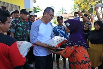 Wako Riza Falepi menyerahkan bantuan kepada masyarakat kelurahan Ompang Tanah Sirah yang terkena dampak banjir awal februari yang lalu