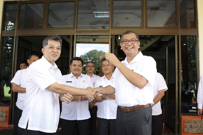 Walikota Riza Falepi menerima kunci exavator dari Direktur Sungai dan Laut Ditjen SDA Kemenpupera, Haris Prayogi, di Balaikota Payakumbuh, Kamis.
