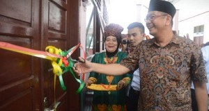 Walikota Riza Falepi menggunting pita tanda diresmikannya pemakaian tambahan ruang kelas baru SDN 06 Payakumbuh, Kamis.