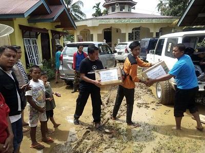 Wardi Munir (baju hitam) bagikan bantuan bencana