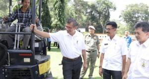 (96)Walikota Riza Falepi melihat Excavator bersama Direktur Sungai dan Laut Direktur Sungai dan Pantai Haris Prayogi serta Asisten II Iqbal Bermawi. Alat berat itu hadiah kinerja pemko dari Kemenpupera RI.