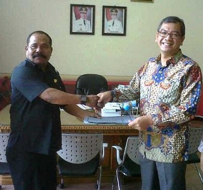 Mawi Etek Arianto bersama Walikota Riza Falepi.