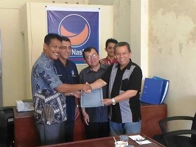 H Suwandel Muchtar menerima formulir pendafataran dari Ketua DPD NasDem Payakumbuh Nel Edwin bersama pengurus lainnya.