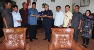 Bupati Limapuluh Kota Ir. Irfendi Arbi, MP berbagi cenderamata dengan Wakil Ketua DPRD Kota Padang Wahyu Iramana Putra dalam kunjungan anggota dewan itu ke daerah ini
