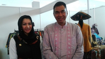 Kadisdukcapil Payakumbuh bersama Bupati Kutai Kertanegara Rita Widyasari. Menyaksikan stand-stand pameran inovasi pelayanan publik.