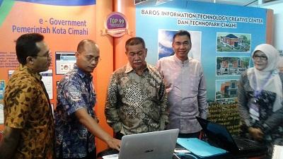 Kadisdukcapil Payakumbuh bersama Wagub Jawa Barat Deddi Mizwar--Naga Bonar. Menyaksikan stand-stand pameran inovasi pelayanan publik.