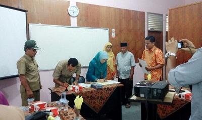 Lurah Pakan Sinayan Zailendra saat menandatangani nota kesepahaman dengan Ketua STTP Noviarti, di aula STTP, Selasa.