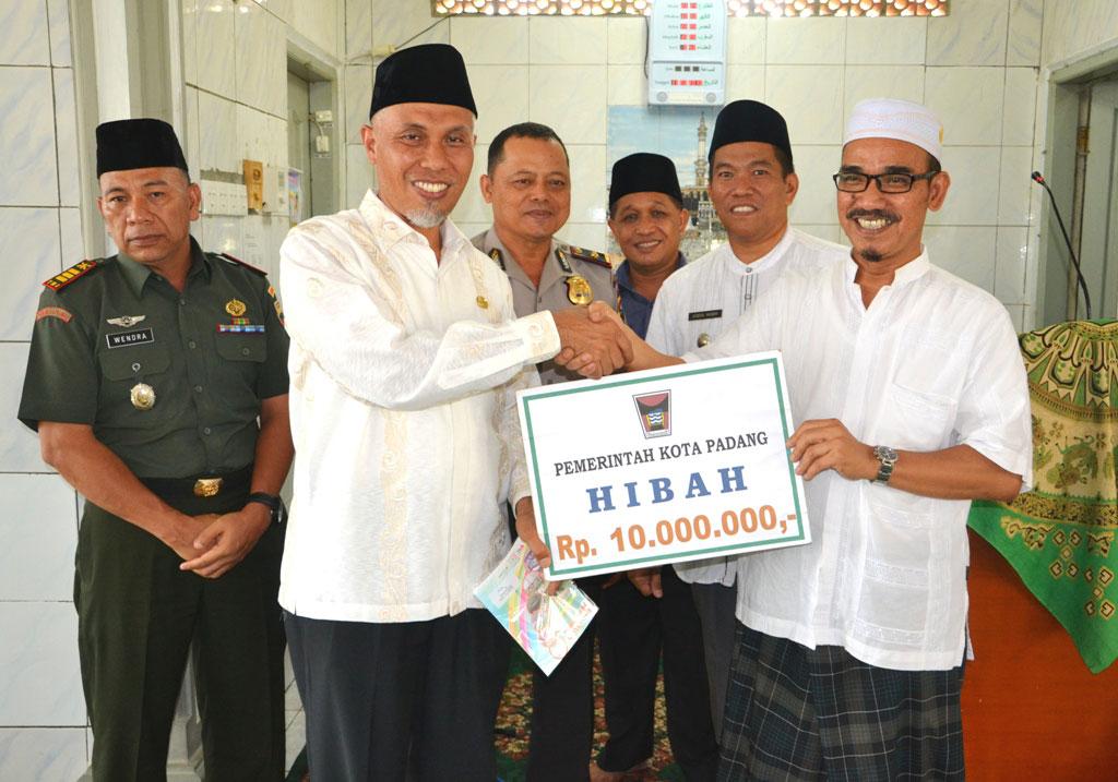 Walikota Padang, H Mahyeldi Dt Marajo menyerahkan bantuan bagi Masjid Baitul Arafah, Banuaran, Jumat (11/3). Bantuan secara simbolis diterima pengurus masjid tersebut, Heranof Firdaus.(Charlie Ch)