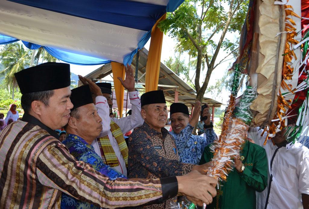Wawako Padang memukul beduk tanda dibukanya MTQ.