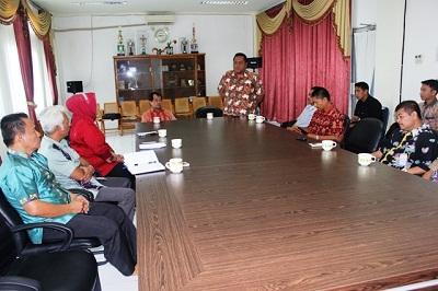 Wakil Bupati Lima Puluh Kota Ferizal Ridwan, S.Sos dengan General Manager Perusahaan Perdagangan Indonesia (PPI) Persero Bayu Adhi Wardhana di ruang rapat bupati.