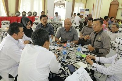 Sekretaris KPU Payakumbuh Dipa Surya Persada menjelaskan tentang kesiapan Pilkada 2017 bersama Sekretaris KPU Sumbar kepada Kasi Penyusunan Anggaran Aidil Fitri dan Plt Sekda Yoherman
